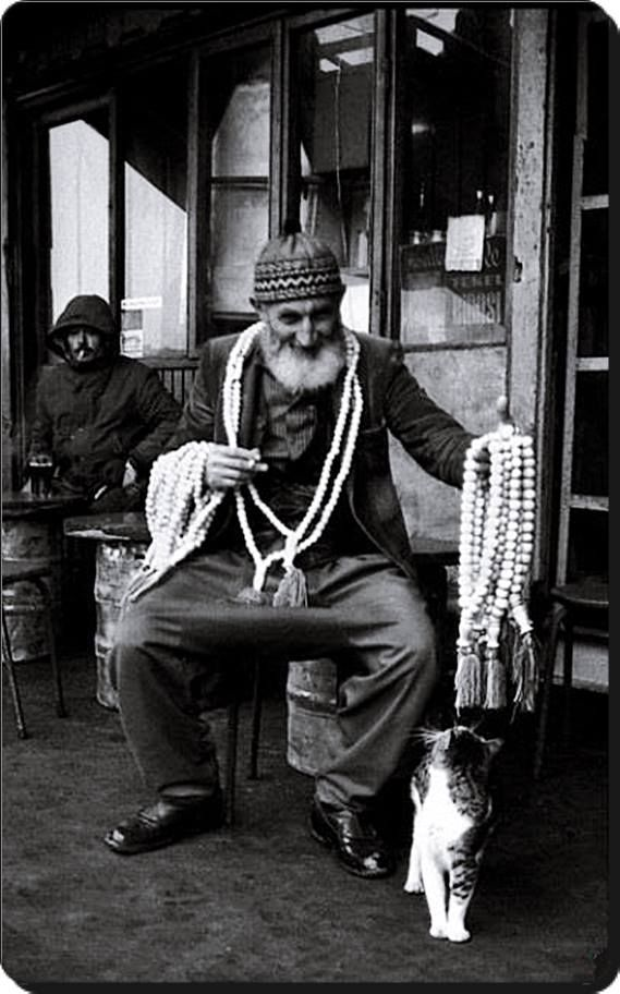 Tesbih seller, under the old Galata Bridge, Istanbul, 1970s - Ara Güler. http://www.kamala-novel.co.uk/