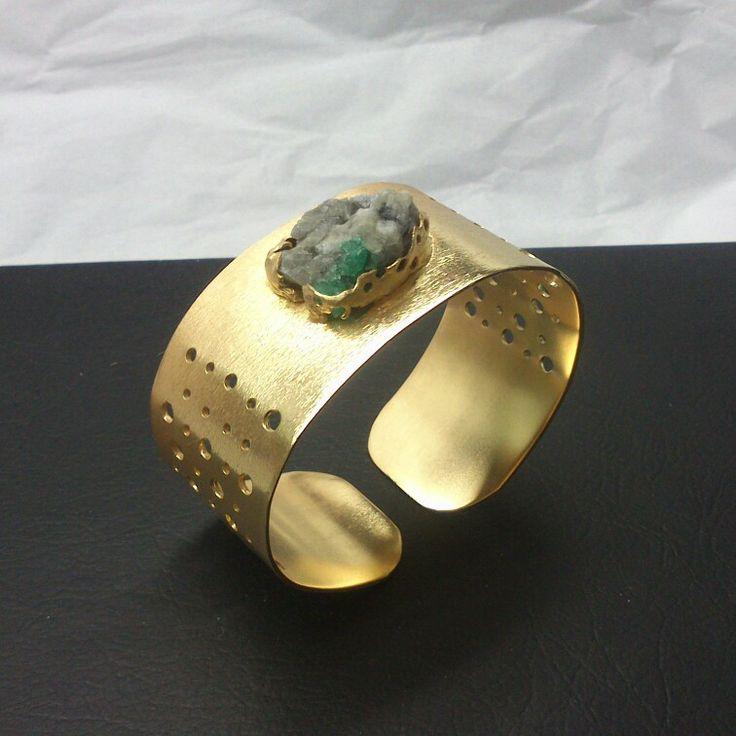 Pulsera en bronce con baño de oro y esmeralda.  Diseño y elaboración: Oscar Bautista. WhatsApp (+57)3192399816 Facebook:/joyaspiedras.oscarbautista