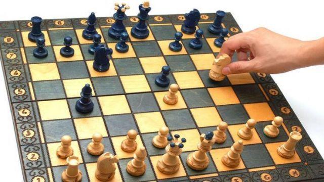 """Diyanet'ten yapılan açıklamada, """"Satranç oynayan lanetlenmiştir, oyunculara bakan da domuz eti yemiş gibidir, şeklinde söylenen söz hadis değil uydurmadır"""" görüşüne yer verildi."""