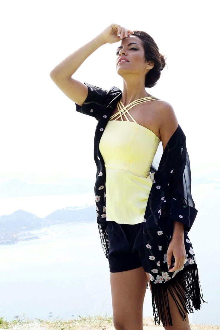 Blusa de seda amarelo soneto com alça tripla cruzada combinando com o Kimono em seda translúcida com estampa floral de cerejeira | Compre a Blusa Seul e o Kimono Kioto online: www.grege.com.br