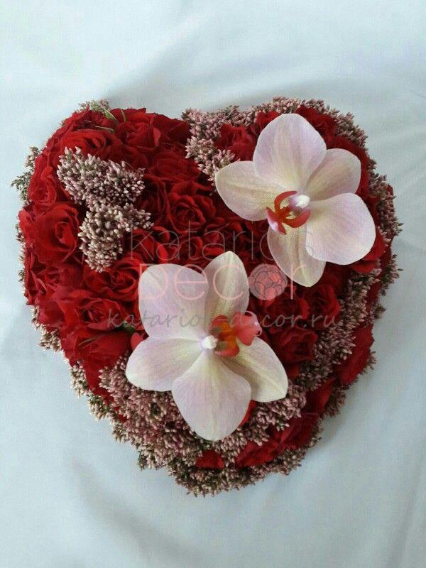 Сердечко с розами, озомантусом и орхидеями. Подарок на свадьбу, годовщину или просто для тех, кого любим:) #подарок #сердце #декоратор #флорист #свадьба #любовь #ручнаяработа #орхидея #розы #цветы