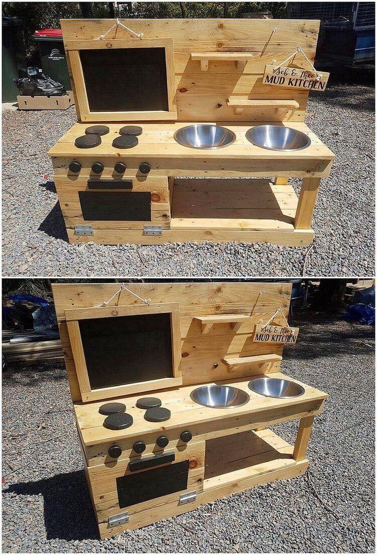 Eine Art kreatives und einfaches Variationsdesign der Paletten-Schlamm-Küche wurde mit der Holzpaletten-Spezialeinschreibung individuell hinzugefügt. Sie können sichtbar sehen, wie die Stapelung der Palettenplanken in einem sauberen und schlanken Finishing-Eindruck zusammengefügt wurde.