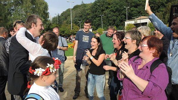 Do Luhačovic na Zlínsku přijelo ze západního cípu Česka, obce Krásná, přes deset jejích obyvatel. Ti si vítězství na lázeňské kolonádě patřičně užili.