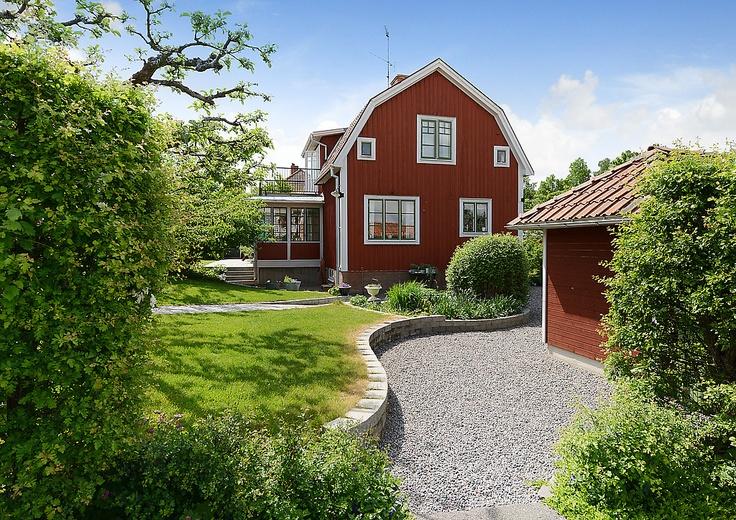 Söderköping, rött hus, glasveranda, grusgång, trädgård