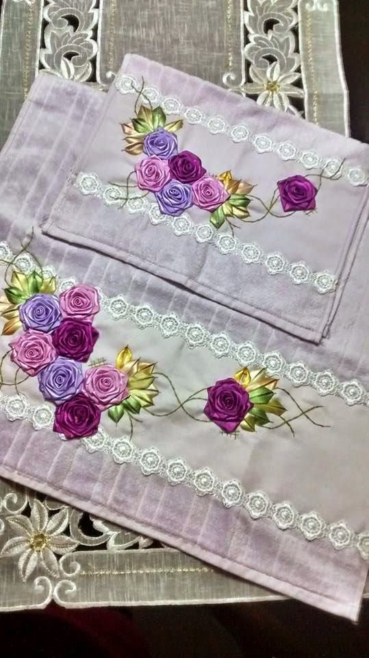 LOY HANDCRAFTS, TOWELS EMBROYDERED WITH SATIN RIBBON ROSES: CONJUNTO TOALHA DE ROSTO E LAVABO