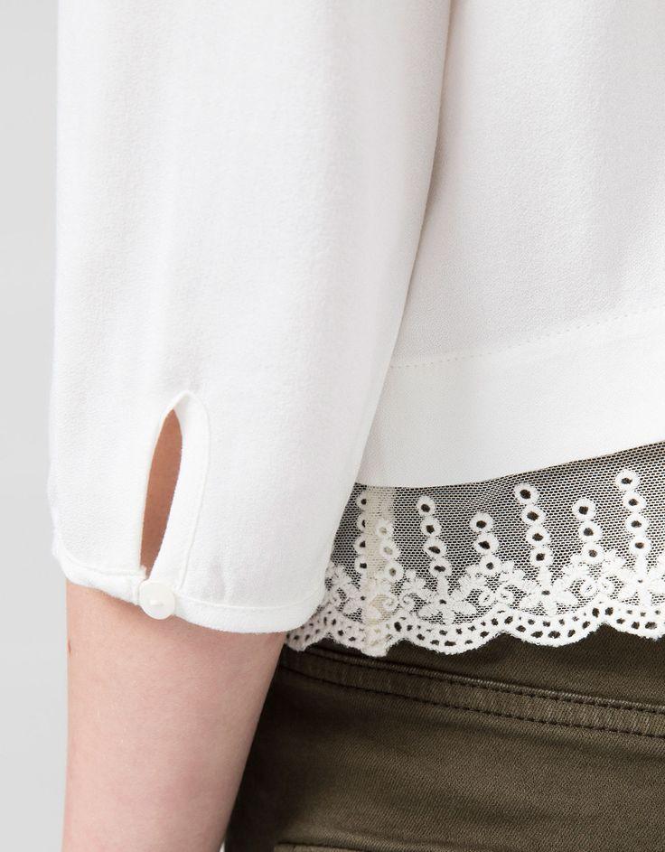 Koszula BSK z zabudowanym dekoltem i koronkową aplikacją u dołu.  Odkryj to i wiele innych ubrań w Bershka w cotygodniowych nowościach