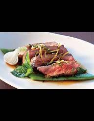 Recette Boeuf grillé façon thaïe : Rincez la salade et essorez-la. Rincez le shiso, effeuillez-le et épongez-le. Pelez les oignons en gardant la partie vert tendre de la tige.Rincez-les avec les radis et le fenouil puis râpez-les finement à la mandoline ou dans un robot. Pelez la carotte et ...
