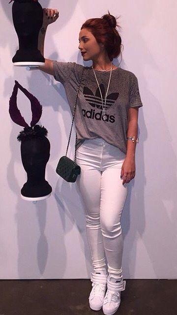 Blusa Adidas + Calça branca + tênis branco