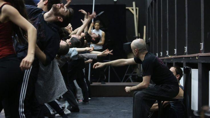 Staatstheater Nürnberg Ballett - Don Quijote (UA): Probenclip  Tanzstück von Goyo Montero : Musik von Owen Belton (Auftragskomposition) Himmelsstürmer und Rebellen Freigeister und Visionäre - in den letzten Spielzeiten hat Goyo Montero ein thematisches Feld bearbeitet das seit jeher die Menschen fasziniert. Einer darf nun unter Charakteren wie Cyrano Faust und Don Juan nicht fehlen: der grenzenlose Fantast Don Quijote. Goyo Montero zeigt auch in seiner neunten Spielzeit dass das Thema der…