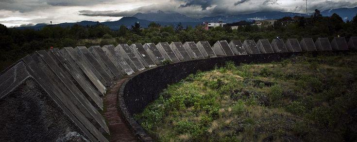 La alberca de lava negra que puedes visitar en la UNAM. Dentro de la Ciudad Universitaria de la UNAM existe un lugar con 64 pirámides colocadas en círculo que evocan la interpretación prehispánica del cósmos. Al centro un cúmulo de rocas que alguna vez fueron lava invitan a la contemplación.