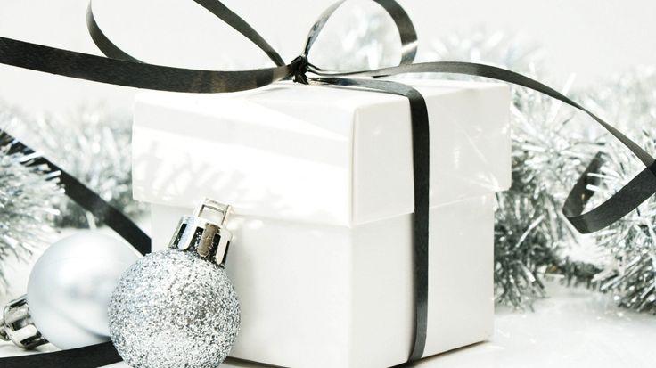 Скачать обои шарики, серебристые, лента, коробка, подарок, праздник, рождество, елочные украшения, new year, новый год, бант, белая, christmas, раздел новый год в разрешении 1366x768
