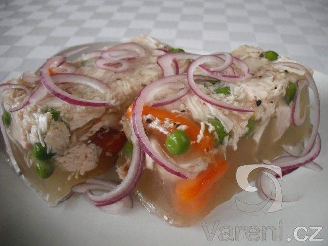 Recept na domácí huspeninu z kuřete s karotkou a hráškem.
