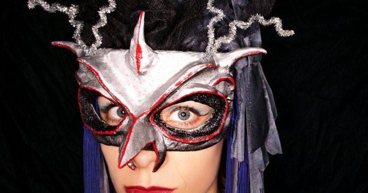 """Qué usar en un baile de máscaras semi-formal. Un baile de máscaras es uno de los momentos más divertidos para vestirte. Piensa en brillo y glamour, con un aire de misterio. Las mujeres no suelen llevar trajes completos en un baile de máscaras semi-formal, sino que llevan vestidos bonitos. La palabra clave es """"elegancia""""; desecha esa máscara de hombre lobo peludo; quieres lucir elegante y ..."""