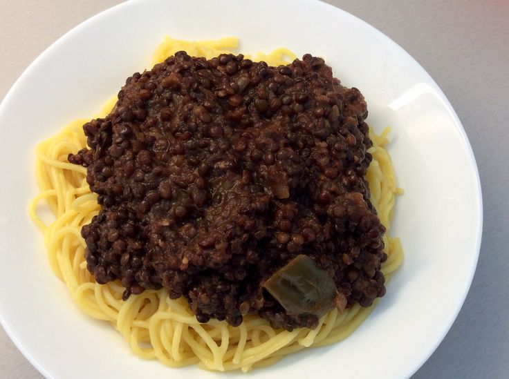 Kukuřičné špagety s ragú z drobné čočky, cibule, kořenové zeleniny a rajčat