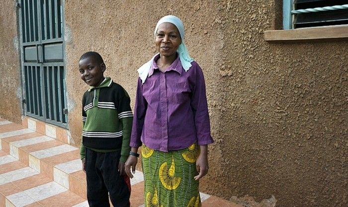 Criança ganha sapatos de missionários e mãe fica impactada: Esse amor não existe no Islã
