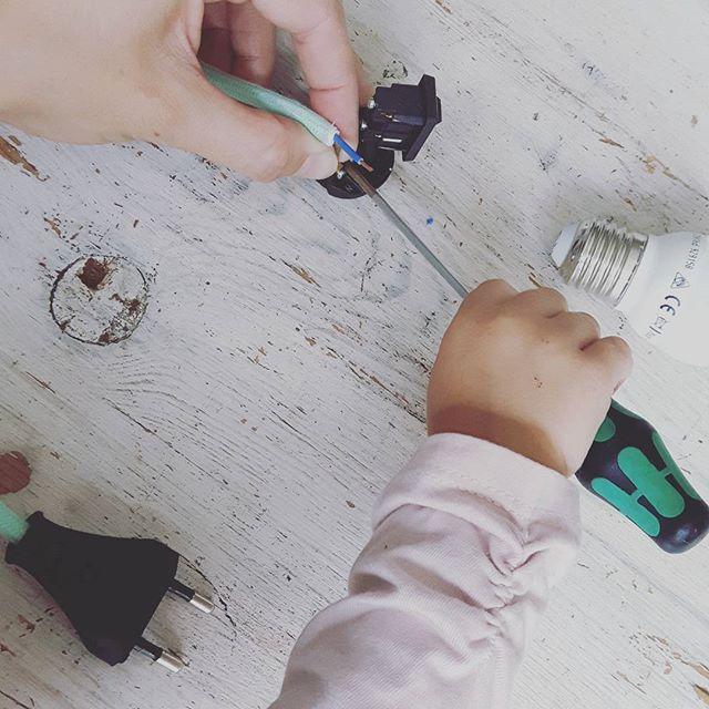 I have a cute little helper today 😍  #littlehelper #happymom #anna #assembling #deadline #upcycle #lamp #lamprecycledlplighting #led #ledlight #lightingdesign #recycle #vinylrecords #interordesign #ledverlichting #verlichting #lp #interieur #verlichtingsontwerp #lightpendant