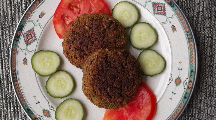 Hamburguesas de falafel. La receta tradicional de este plato de oriente medio hecho hamburguesa.