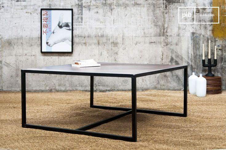 Il solido e spesso ripiano del tavolino Smoke ha una finitura di vernice color mogano, che è supportato da una struttura molto resistente in metallo grigio che aggiunge un tocco retro-chic al tavolino.