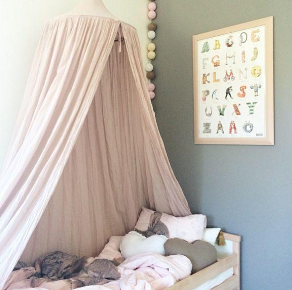Habitación infantil con dosel bonita y romántica