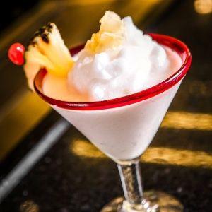INGREDIENTES  60 mililitro (ml) de leite de coco60 mililitro (ml) de xarope de coco60 mililitro (ml) de rum3 copo(s) americanos de geloabacaxi picado para decorar  MODO DE PREPARO  Bata o leite de coco e o xarope de coco no liquidificador. Acrescente o rum e o gelo. Bata até ficar parecido com uma raspadinha. Coloque em um copo longo, decore com pedaços de abacaxi e sirva.
