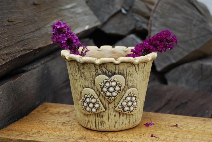 Keramický květináč - srdíčkový Vyroben ze šamotové hlíny, uvnitřglazován, výška11 cm, vnější horní průměr14 cm, spodní vnější průměr cca9,5 cm. Ručně modelován.