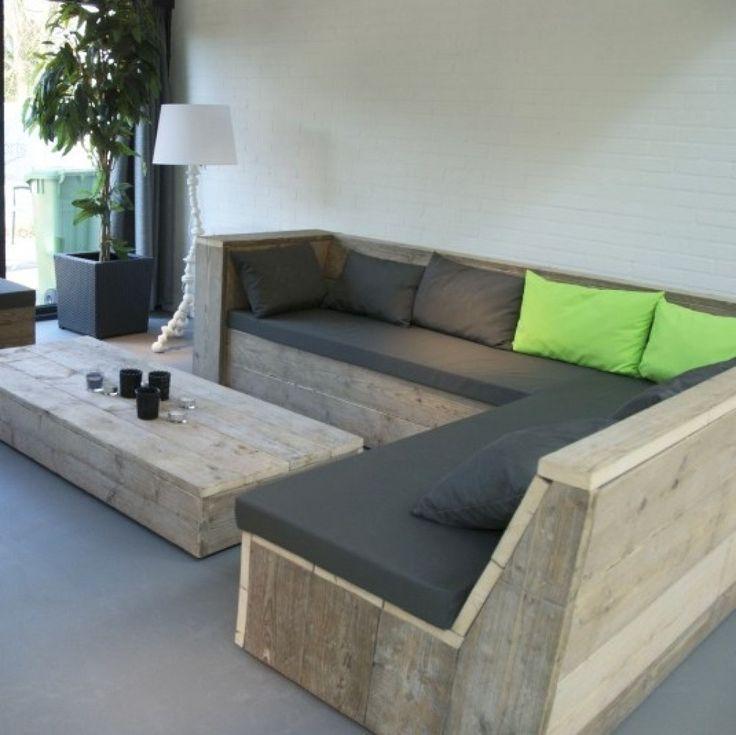 Tafels en loungebanken van steigerhout voor de inrichting van een kantine.