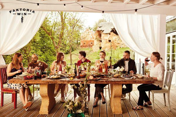 Letnie popołudnie z przyjaciółmi. #faktoriawin  #lunchtime #girl #wine #goodtime #garden #ogrod #lato #friends #dinnerwithfriends #polnazdroj