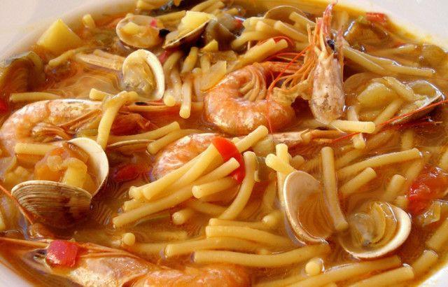 Fideos caldos con almejas,gambas y calamar. Ver receta: http://www.mis-recetas.org/recetas/show/85111-fideos-caldos-con-almejas-gambas-y-calamar