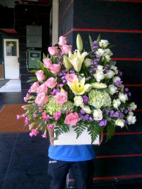 Ghunflorist toko bunga potong dan hias menyediakan berbagai macam jenis bunga potong dan hias ; 1 . bunga hias meja 2 . bunga tangan 3 . bunga papan 4. bunga krans 5 . bunga standing 6 . bunga sal...