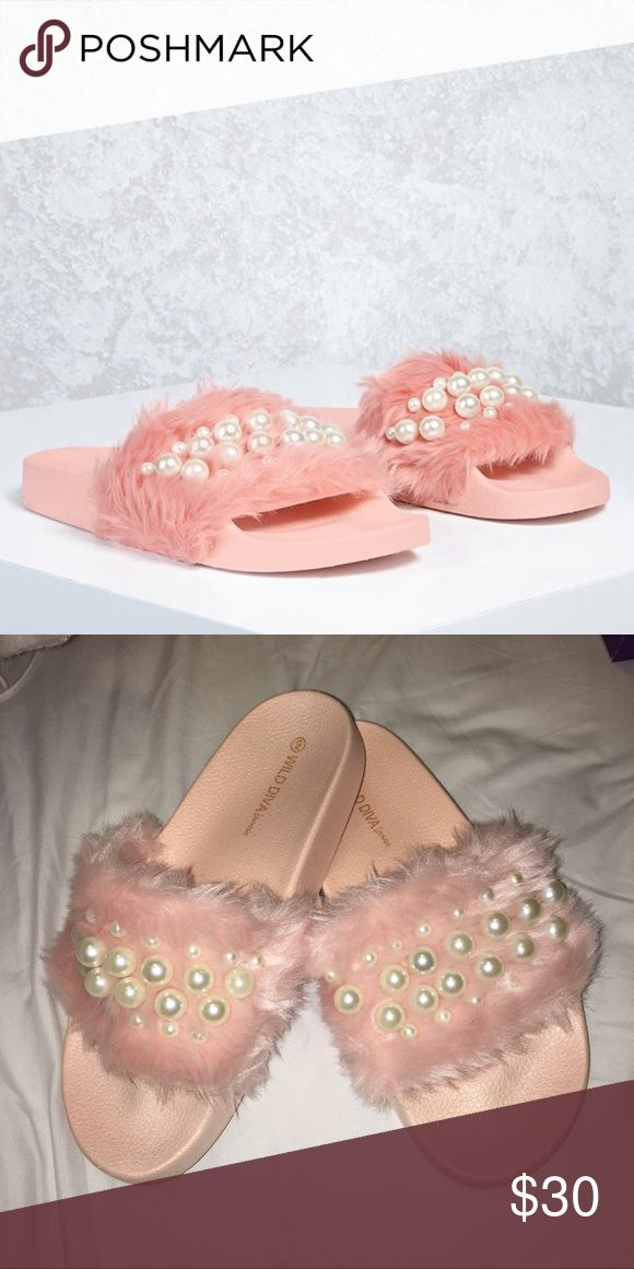 NEW WITH BOX PINK FUR SLIDE Size 9 but the upper is tight so it fits like 8-8.5. Very cute, comfy, stylish for summer and any occasion! PINK. White pearl. FUR slide. Original box included. Ignore the bad lightening of my pics... thank you! Tilly's Shoes Slippers
