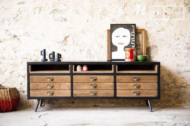 Retro dressoir waar je al je spullen in kwijt kunt. Ideaal meubelstuk voor een woonkamer met een vintage stijl.