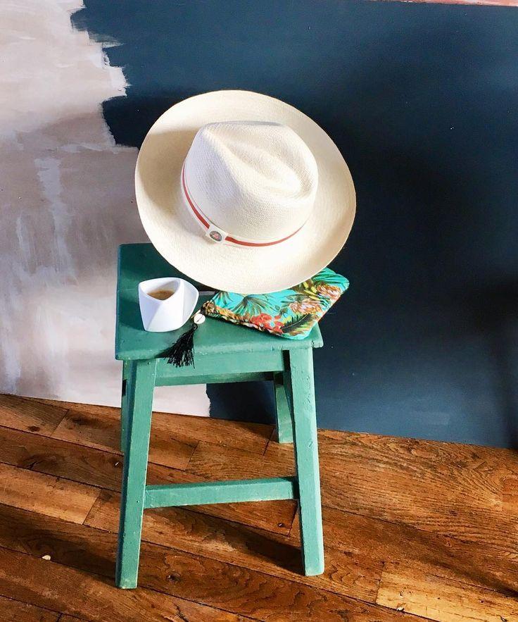 Un petit coin café/tennis pour ce dimanche matin de juin autour d un ancien tabouret de peintre couleur jungle - je les adore ces tabourets.  j' en mettrais bien partout c' est la 1ère fois que j en prépare un en vert de vert #viedemeuble #vintagestyle #vintageshop #tabouret #brocante #green #jungle #paille #coffee #ancient #bois #loveit #summer #picoftheday #tennis