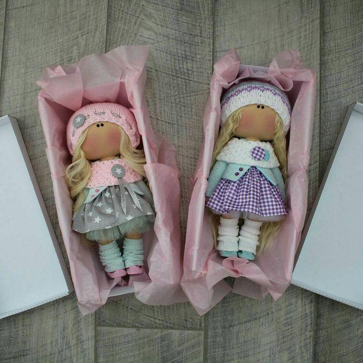 Вот даже не знаю, многим ли важна красивая упаковка, в которой приходит куколка?. ☺. . Листайте . . Больше, чем уверена, что в большинстве случаев коробка выбрасывается... Но думаю, что просто приятно получать красиво упакованную вещь . Согласны?. . В общем теперь мои куколки будут приезжать к вам вот в таких белоснежных подарочных коробочках, упакованные в бумагу тушью. . . За это большое спасибо @ural_pack . . P.S. осталось заказать себе именные бирочки . . #упаковка #подарок #по...