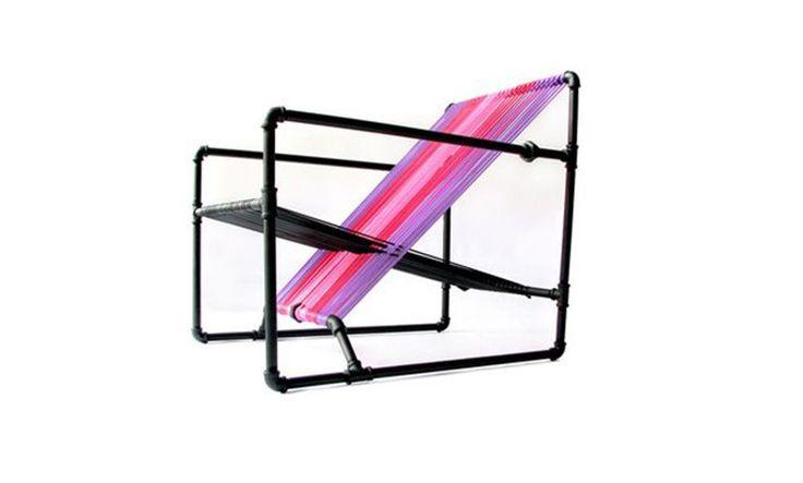 Mediante el uso de tubo galvanizado y una popular técnico de tejido colombiana el estudio de diseño Dosuno creó esta novedosa silla.