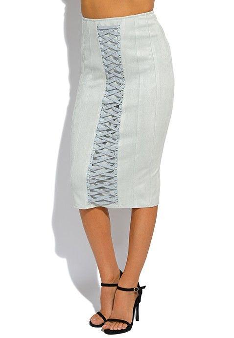 Avec sa finition d'une grande adresse, cette jupe bleue se démarque des autres jupes avec sa forme, aussi bien au niveau de la taille qu'au niveau des mollets vers lesquels elle s'étend. En outre, elle jouit d'un élément décoratif de lacets tressés qui ravira les amatrices de fashion pour femmes.