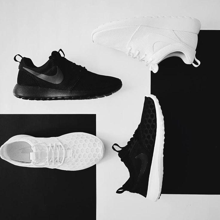 NIKE - B&W Jestli si taky jedete na vlně minimalismu, tak Nike Juvenate a Roshe One v black & white provedení jsou přesně to, co potřebujete. Jednoduchost, prodyšnost, flexibilita a lehkost - to jsou přívlastky, které si můžete u těhle bot odškrtnout. Pro léto bez ponožek!