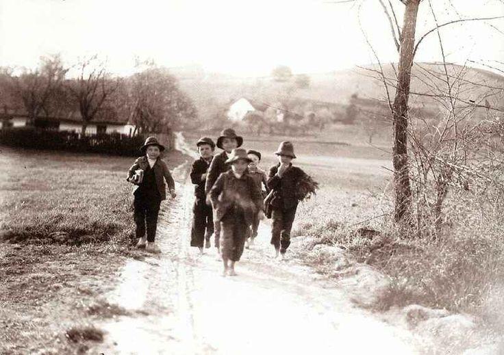 Iskolába menő gyerekek Nagy-Écsen, 1905 körül.  Palatin Gergely.
