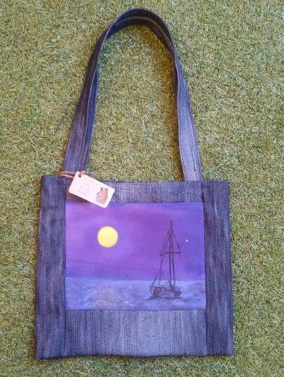 Un velero en la noche. Talega de almuerzo pintada a mano y confeccionada con tela recicladas. www.cosasdecasaazul.blogspot.com
