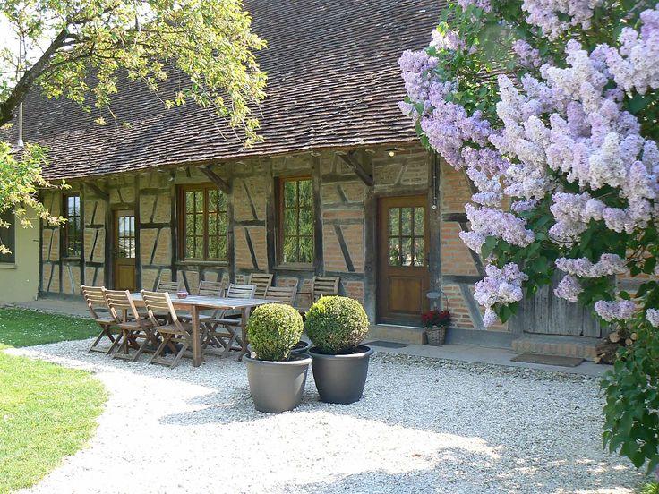 Langsheen een klein wegeltje tussen mais- en zonnebloemvelden, ontvangt de familie Erauw - Van Tricht je hartelijk in één van de vijf riante gastenkamers op het domein. De salons, slaap- en ...