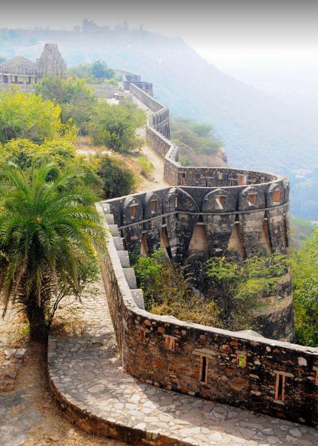 Fortress walls of Chittorgarh, Rajasthan / India (by nicnac1000).