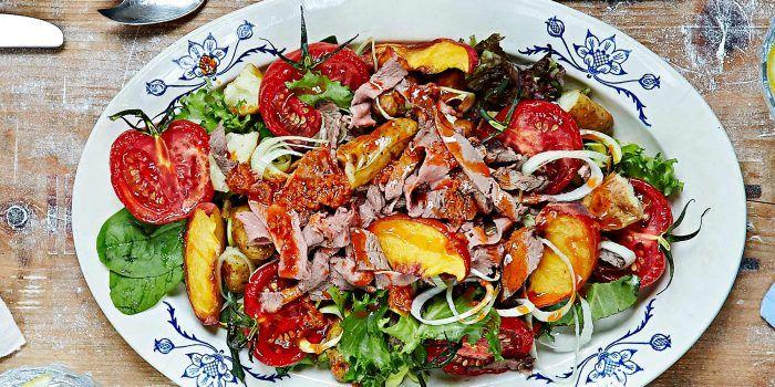 Sallad med strimlad nötstek i tomat- och citronmarinad