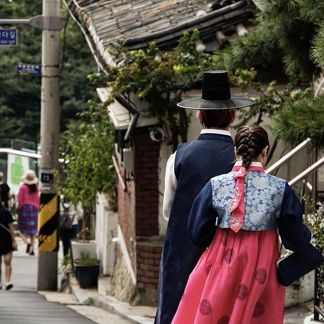 #couple enjoying the #bukchon #anok #village in #seoul 😄 #traditional #outfit #traditionaloutfit #dress #traditionaldress #korea #asia #travel #asianescape #holidays #bukchonanokvillage