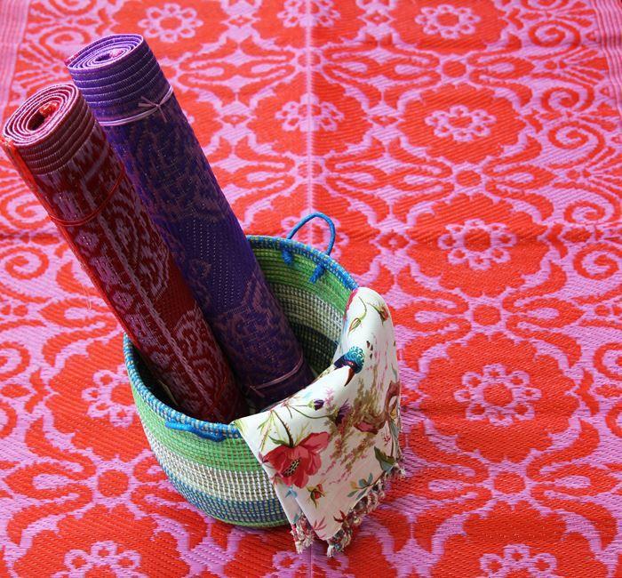 Nieuw binnen; buitentapijt in roze rood bloemenpatroon. Ook heel leuk op de kinderkamer.