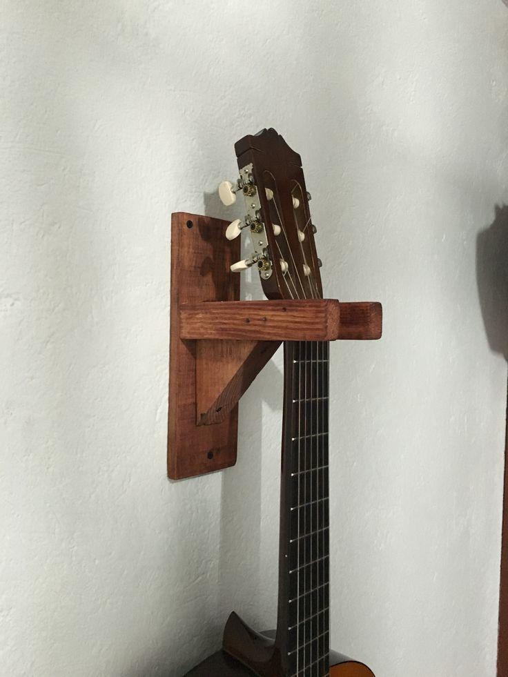 Soporte para guitarra con madera reciclada