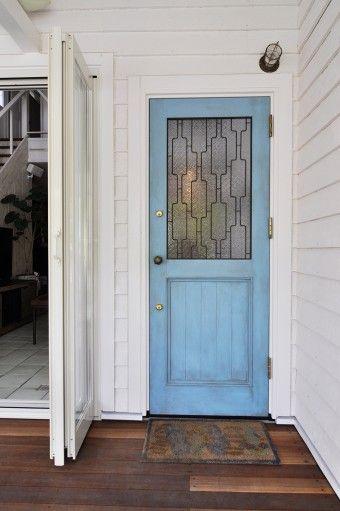 「ドアはこの家のために一点もののドアを作ってもらいました。曇りガラスは自分で選んだものを使うことができました」