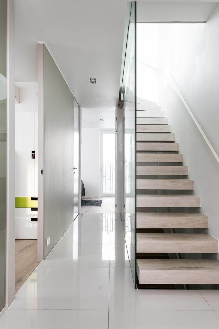 Valoa, tyylikkyyttä ja eleganssia! Tämä Etelä-Helsingin arvostetuimmalla alueella sijaitseva paritalo on todellinen helmi, jossa yhdistyvät loistavasti suunnitellut tilaratkaisut ja uniikki arkkitehtuuri. Minimalistinen, skandinaavinen tyyli, jossa on annettu paljon painoarvoa pienillekin yksityiskohdille, tekee tästä asunnosta ainutlaatuisen kokonaisuuden.  Yläkerrassa sijaitsee tilava avokeittiö ja olohuone, jonka jatkeena on suuri terassi etelään. Keittiö on saatu täydellisesti istumaan…