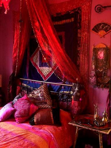 Ich liebe die bestickten Perlen und die Rottöne und der überhängende Vorhang über dem Bett geben diesem Bett ein luxuriöses Gefühl.