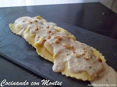 Raviolis rellenos de queso de cabra y cebolla caramelizada, con salsa de nueces.