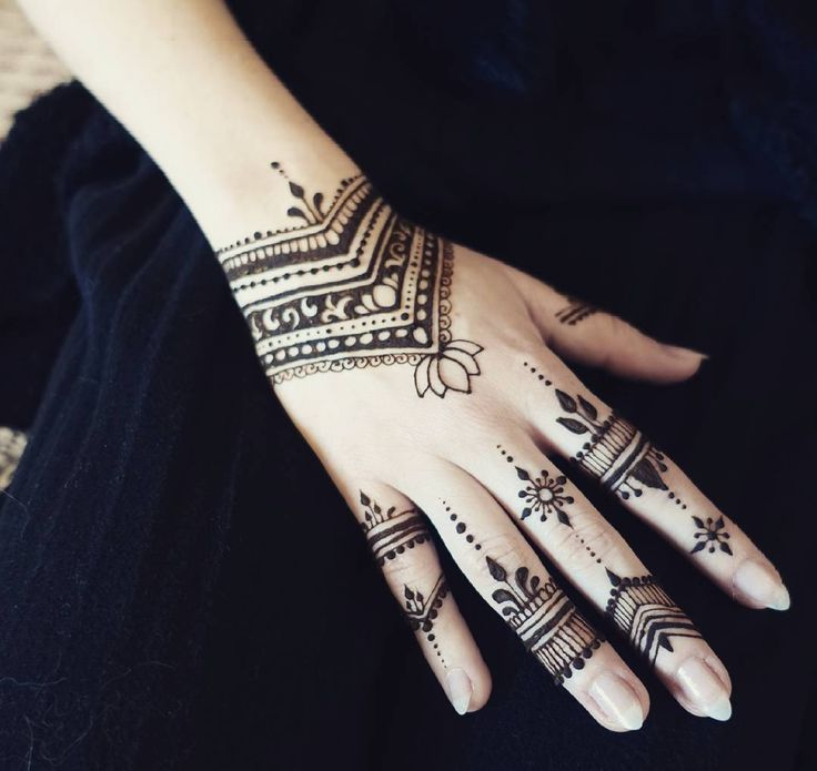Simple makes it beautiful ♥♥♥♥ #madewithlove #mehendiart #mehndi #mehndidesigns #mehendiwarszawa #passion #naturalart #art_4share #art #artinstagram #henna #hennatattoo #hennaart #henné #mehendipoland #simple  #beauty #hand  #handmade #bodyart #polishgirl #woman #women #warsaw #jewellery #mehendi #black #tattooproject
