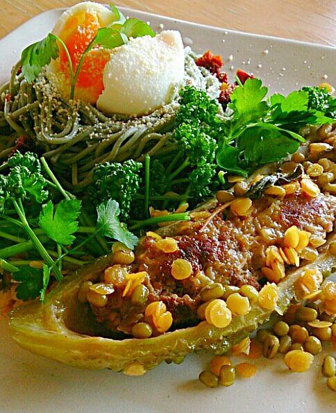 ゴーヤの肉詰めお豆添え&ヨモギ蕎麦のワンプレートランチ